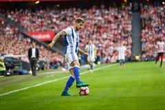 毕尔巴鄂,西班牙- 10月16 :Inigo马丁内斯,皇家社会队球员,在西班牙联赛期间的行动的在毕尔巴鄂竞技队之间 库存照片