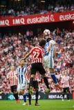 毕尔巴鄂,西班牙- 10月16 :Yeray阿尔瓦雷斯和尤里Berchiche Izeta跳到球,在西班牙联赛期间在运动双之间 图库摄影