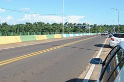 毗邻巴西和阿根廷的坦克雷多・内维斯桥梁 免版税库存照片