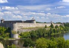 毗邻日爱沙尼亚堡垒ivangorod横向晴朗的俄国 免版税库存图片