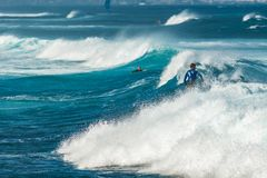 毛伊,夏威夷,美国- 2013年12月10日:冲浪者乘波浪 免版税图库摄影