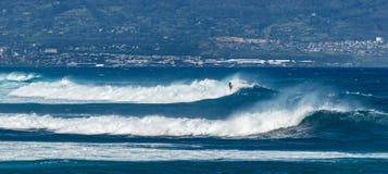 毛伊,夏威夷,美国- 2013年12月10日:冲浪者乘波浪 免版税库存图片