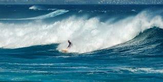 毛伊,夏威夷,美国- 2013年12月10日:冲浪者乘波浪 库存照片