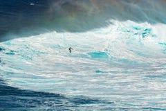 毛伊,夏威夷,美国- 2013年12月15日:未知的冲浪者乘坐 免版税库存图片