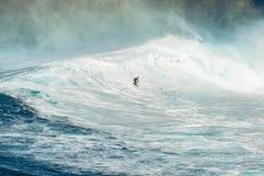 毛伊,夏威夷,美国- 2013年12月15日:未知的冲浪者乘坐 库存照片