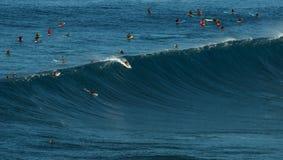 毛伊,夏威夷, USA-DECEMBER 10日2014年:未知的冲浪者乘坐a 库存照片