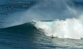 毛伊,夏威夷, USA-DECEMBER 10日2014年:未知的冲浪者乘坐a 免版税库存照片