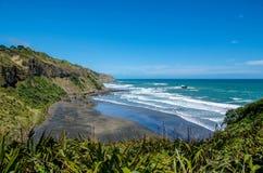 毛利人海湾在Muriwai地方公园,新西兰 免版税库存图片