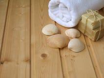 毛巾、肥皂和壳 库存照片