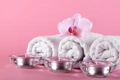 毛巾、蜡烛和兰花花温泉放松的在别针 免版税库存照片