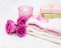 毛巾、蜡烛和肥皂有桃红色玫瑰的 库存照片