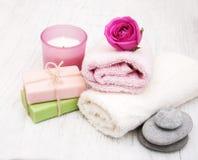 毛巾、蜡烛和肥皂有桃红色玫瑰的 免版税库存照片