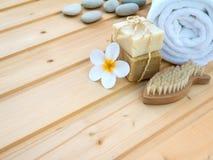 毛巾、tiare花、肥皂、石头和鱼塑造了钉子刷子 免版税库存照片