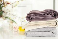 毛巾和国内卫生间 库存照片