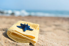 毛巾和海星在海滩 库存照片