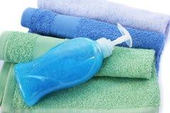 毛巾和液体皂瓶 免版税库存照片