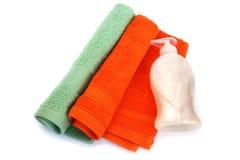 毛巾和液体皂瓶 免版税图库摄影