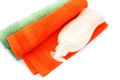毛巾和液体肥皂瓶 图库摄影