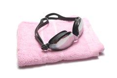 毛巾和游泳风镜 免版税库存图片