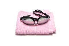 毛巾和游泳风镜 库存图片