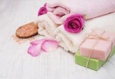 毛巾和肥皂有桃红色玫瑰的 图库摄影