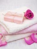 毛巾和肥皂有桃红色玫瑰的 库存图片