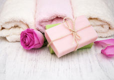 毛巾和肥皂有桃红色玫瑰的 免版税库存图片