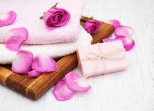 毛巾和肥皂有桃红色玫瑰的 免版税库存照片