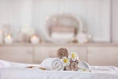 毛巾和蜡烛在现代温泉沙龙 安置放松 图库摄影