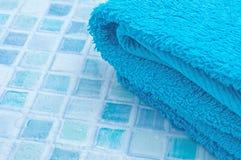 毛巾在卫生间里 库存图片