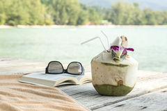 毛巾太阳镜预定在码头酸值苏梅岛泰国的longdrink 免版税库存图片
