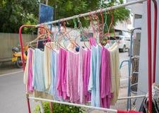 毛巾烘干衣裳在阳光下在烘干机架 库存照片