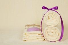 毛巾的套,装饰用磁带和肥皂 免版税库存图片