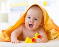 毛巾的愉快的婴孩在沐浴以后 库存图片