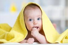 毛巾的愉快的小婴儿在沐浴以后 库存照片