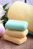 毛巾设置了,芳香疗法、肥皂和海盐在木板材 库存照片