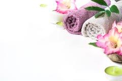 毛巾,在与拷贝空间的白色背景隔绝的花温泉设置  免版税库存图片