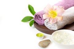 毛巾,在白色背景的花温泉设置与拷贝空间 免版税图库摄影