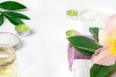 毛巾,在白色背景的花温泉设置与拷贝空间 免版税库存照片