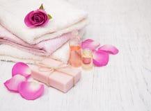 毛巾,有桃红色玫瑰的肥皂 免版税库存图片