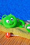 毛巾,风镜,反对大海的玩具 库存照片