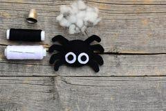 毛毡万圣夜装饰的,工艺蜘蛛装饰品在与拷贝空间的葡萄酒木背景设置了文本的 免版税库存图片