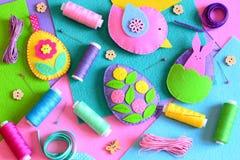 毛毡与花和兔宝宝,毛毡鸟的复活节彩蛋 被设置的复活节装饰品,色的螺纹短管轴,毛毡覆盖,别针,丝带 库存图片