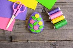 毛毡与绿色叶子和五颜六色的花的复活节彩蛋装饰 免版税库存照片
