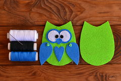毛毡猫头鹰样式 被缝的毛毡猫头鹰 毛毡猫头鹰点缀 如何做一头逗人喜爱的毛毡猫头鹰戏弄-孩子制作讲解 步骤 图库摄影