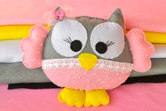 毛毡猫头鹰 逗人喜爱的毛毡猫头鹰玩具 家庭装饰 库存图片
