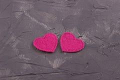 毛毡的两心脏在黑暗的具体背景的 夫妇日例证爱恋的华伦泰向量 2007个看板卡招呼的新年好 婚姻, 免版税图库摄影