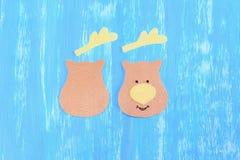 毛毡的缝合的圣诞节驯鹿装饰 步骤 削减在木桌上的毛毡细节 在一边绣与黑螺纹注视 免版税图库摄影