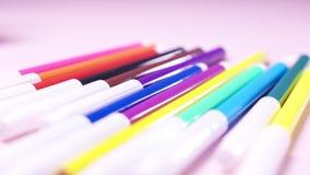 毛毡笔特写镜头在放置在白色桌的许多颜色的 r 创造性和艺术概念 股票视频