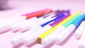 毛毡笔特写镜头在放置在白色桌的许多颜色的 r 创造性和艺术概念 影视素材